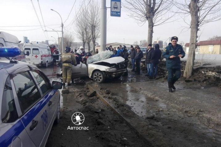 ВНовосибирске Тоёта  влетела вбетонный столб: погибла женщина