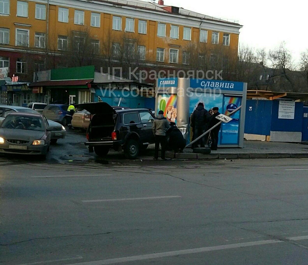 ВКрасноярске «Нива» врезалась впавильон смороженым