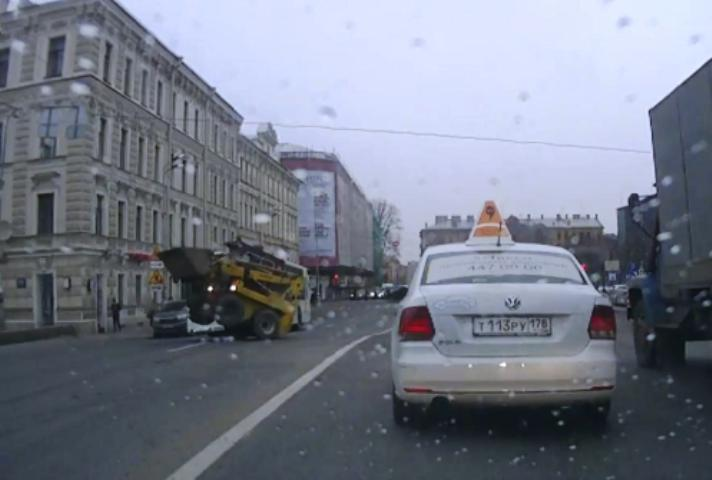 Вцентре Петербурга неисправный погрузчик «сплясал» напроезжей части