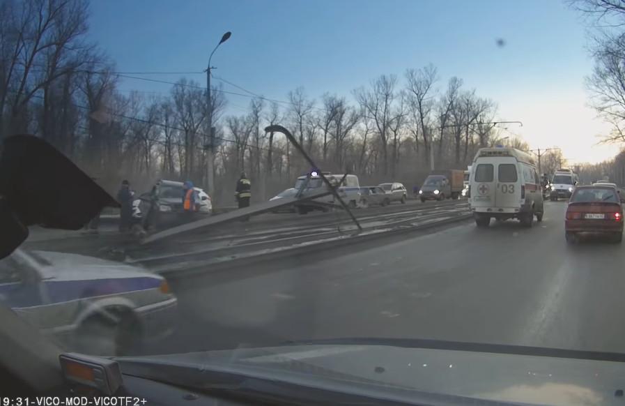 ВНовокузнецке шофёр Вольво врезался вопору трамвайной сети