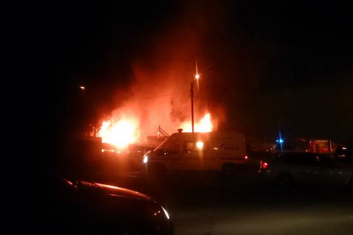Ввоскресенье вечером наГлухозерском шоссе тушили склад смакулатурой
