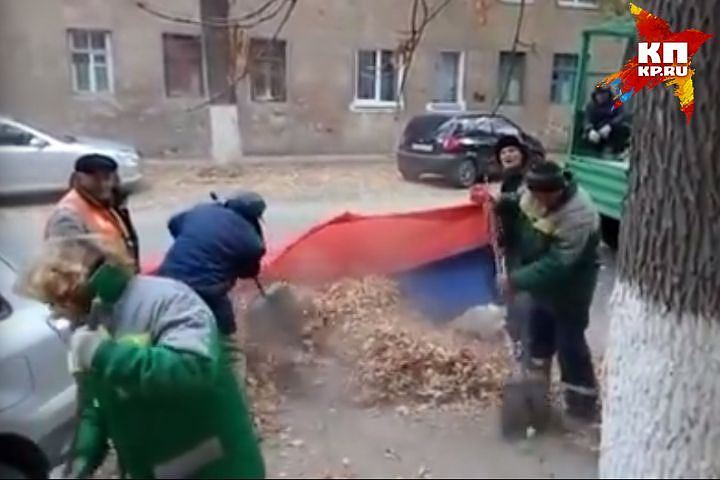 ВВолгограде закрыли дело против убиравших листья в русский флаг дворников