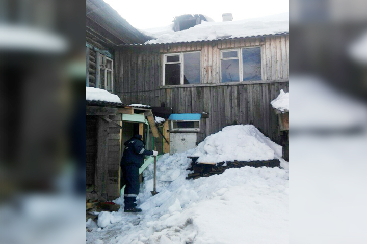Снег скрыши завалил вход дома вНовосибирске