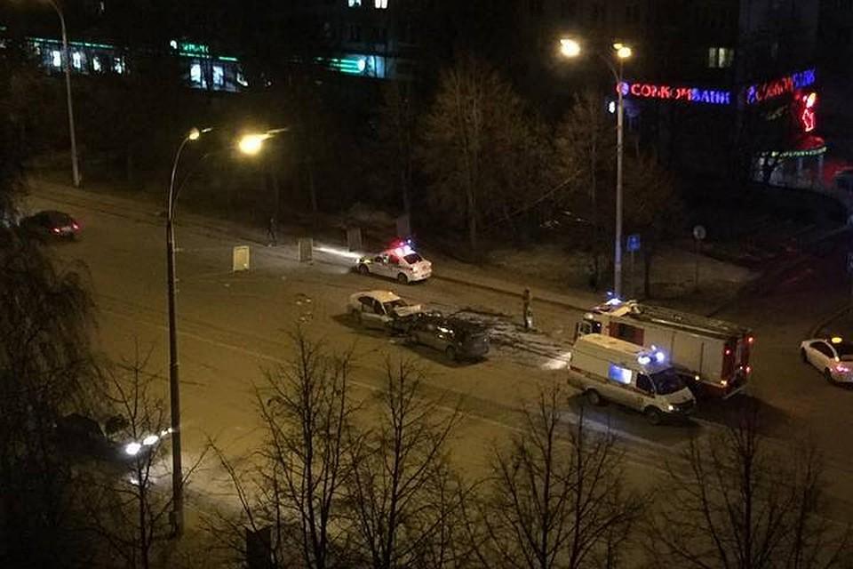Напроспекте Ленина вКемерове столкнулись Ниссан и Тойота (видео последствий аварии)