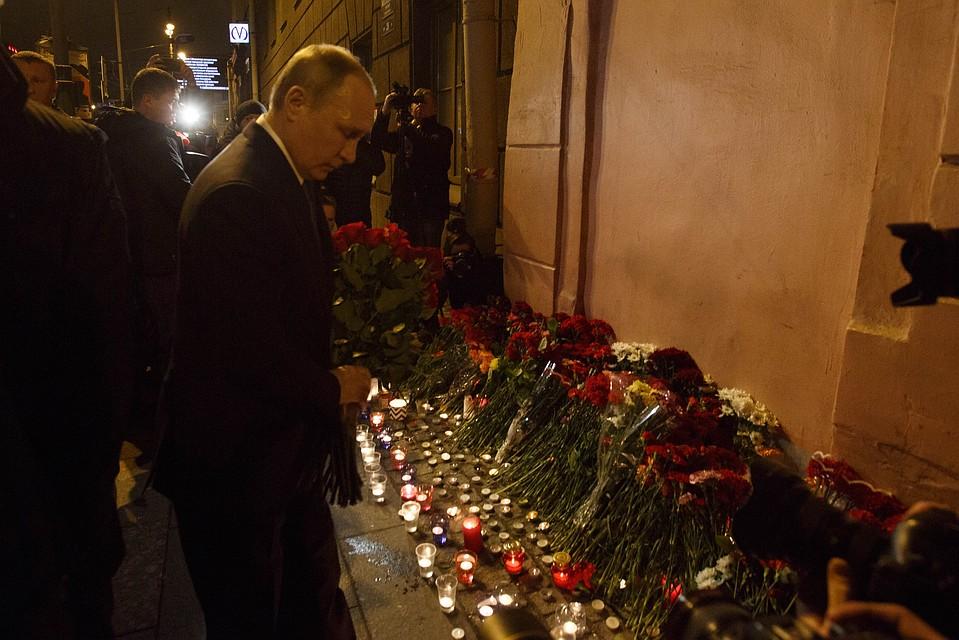 Владимир Путин почтил память погибших впетербургском метрополитене