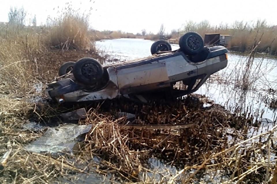 ВАстраханской области автомобиль упал верик