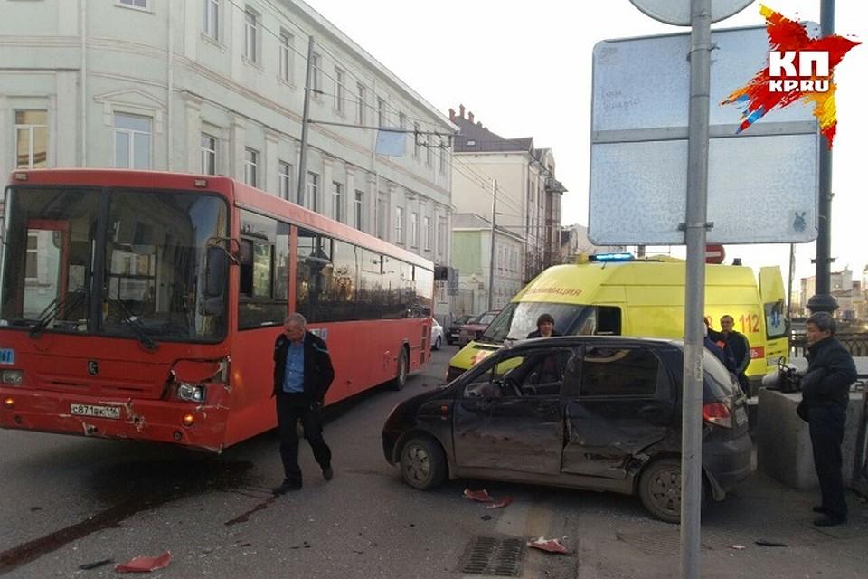 ВКазани автобус столкнулся слегковушкой: пострадали два человека
