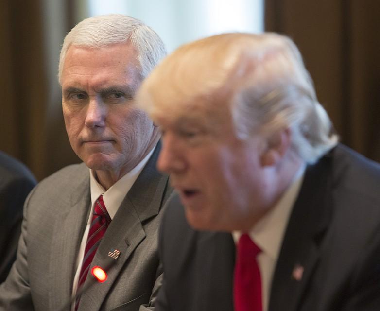 Трамп иПенс обсудили неудачный ракетный запуск КНДР