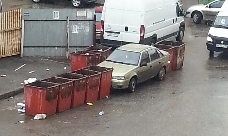 Шофёр мусоровоза вЧелябинской области загородил баками машину водителя-наглеца