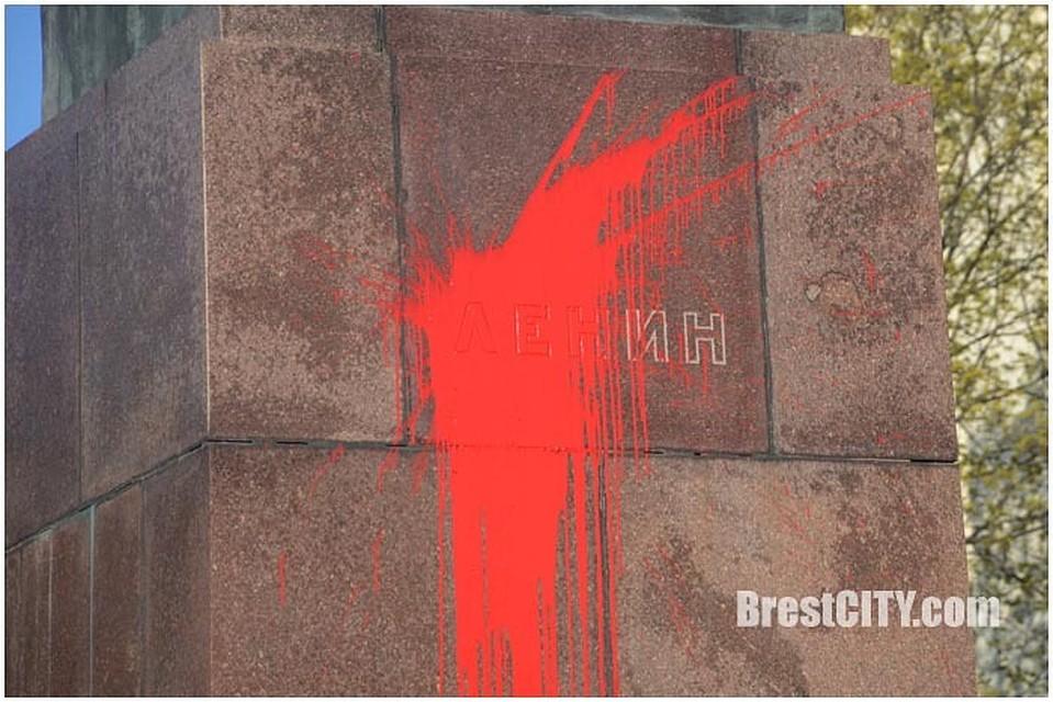 Кто-то бросил в памятник пакет с краской