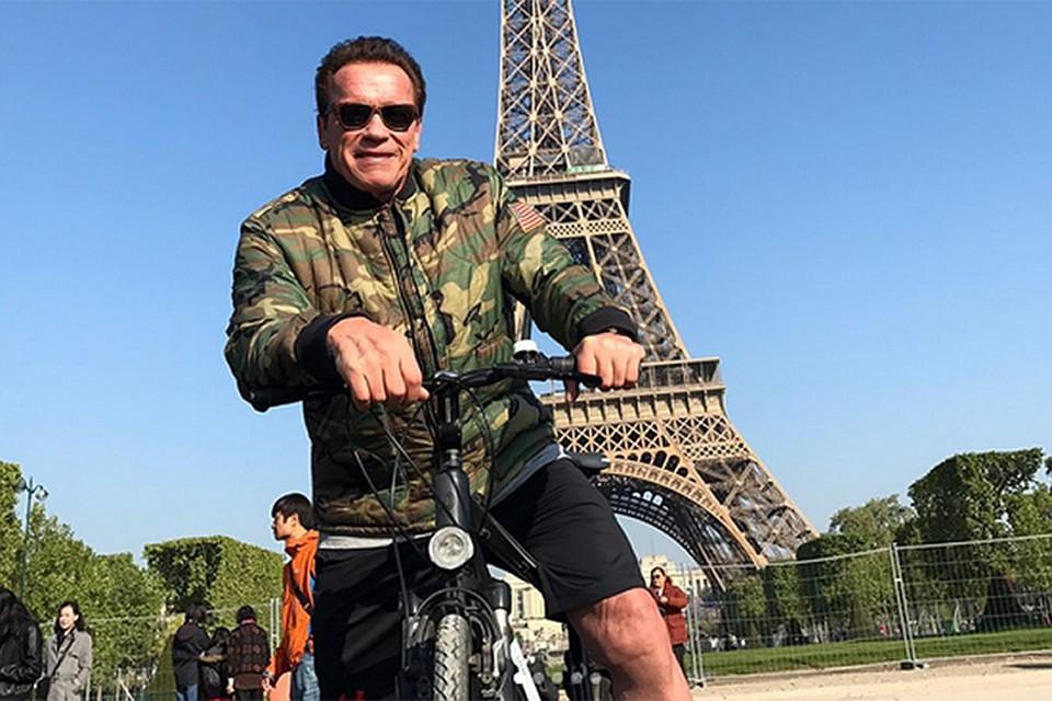 Шварценеггер навелосипеде испортил снимок туристам уЭйфелевой башни