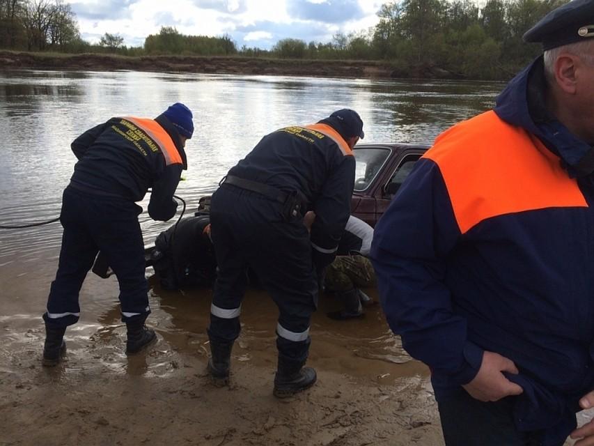 Cотрудники экстренных служб ищут людей изутонувшей «Нивы»