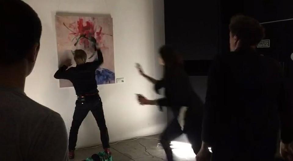 Мужчина испачкал краской картину вовремя московской «Ночи музеев»