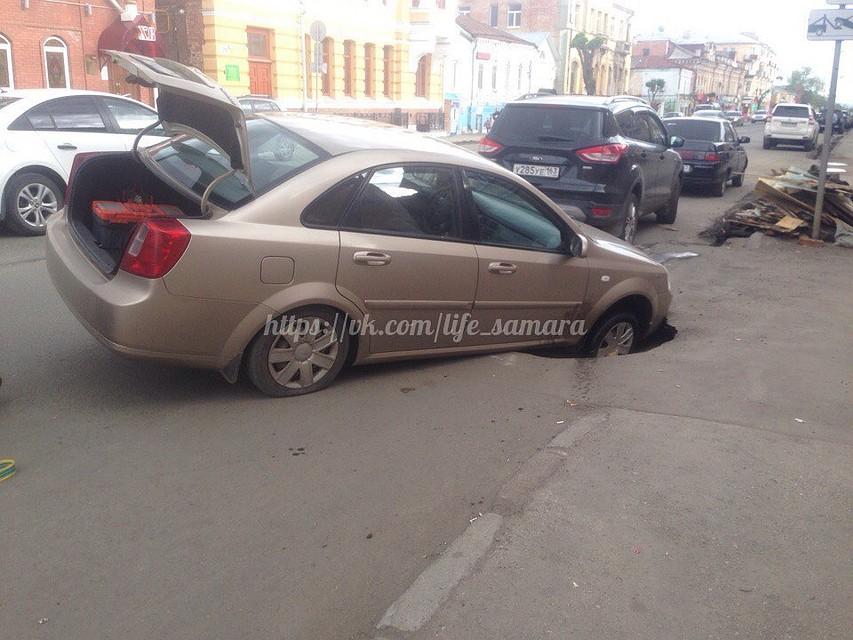 Вцентре Самары иностранная машина провалилась колесом под асфальт из-за прорыва теплосети