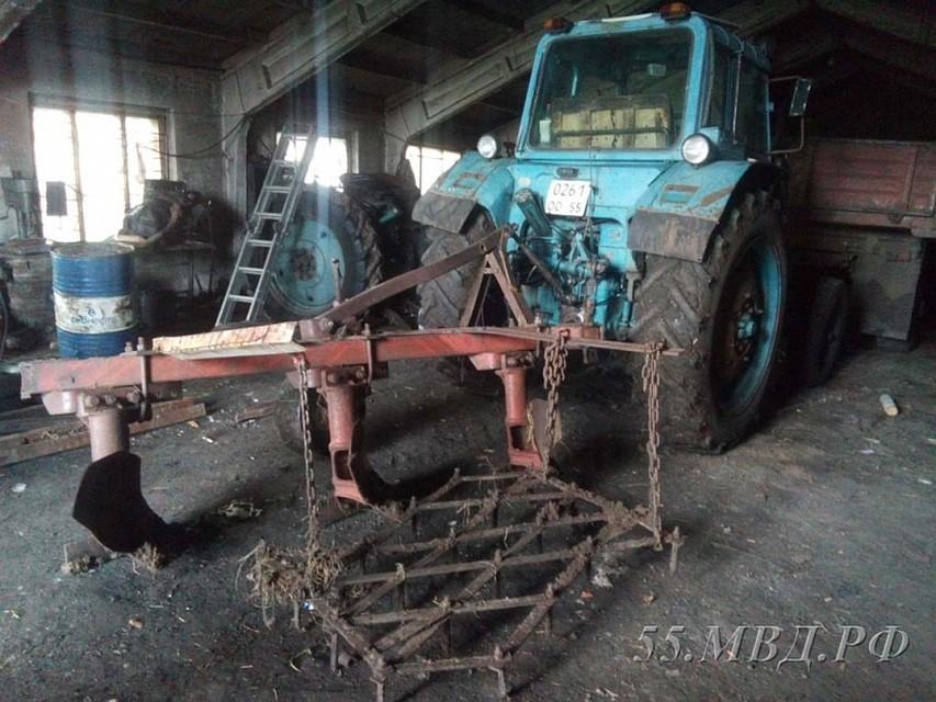 Омич наугнанном тракторе вспахал дорогу