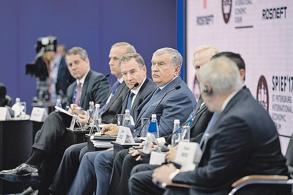 Энергетический саммит открыл Игорь Сечин (в центре).