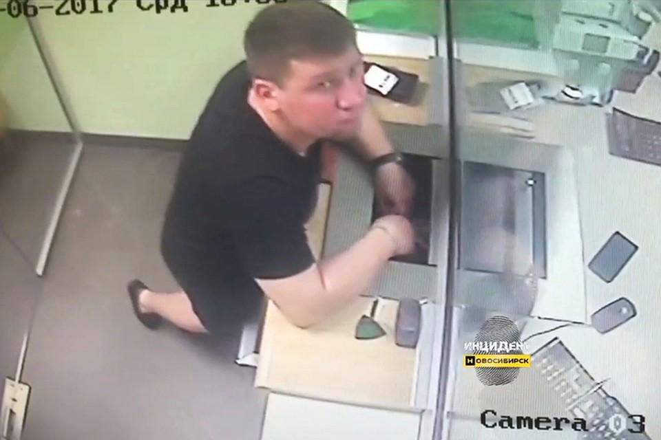 Фото изНовосибирска: милиция разыскивает мужчину, укравшего полмиллиона излотка кассы банка