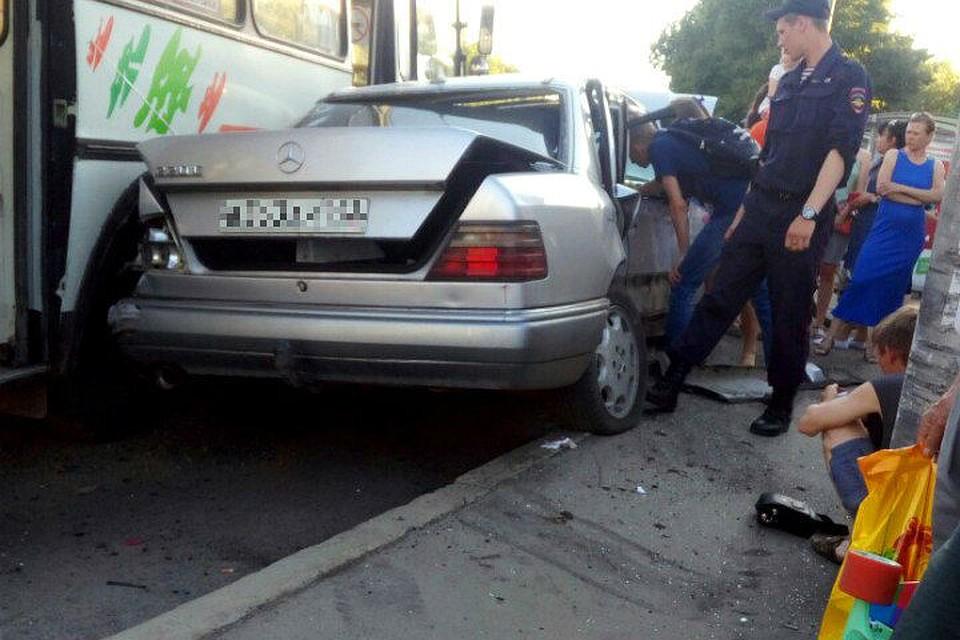 ВКемерове иностранная машина едва невъехала востановку, врезавшись вфонарный столб