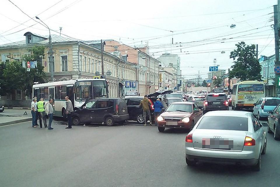 ВНовгороде наСоветской вавтобус врезались две иномарки— есть пострадавшие