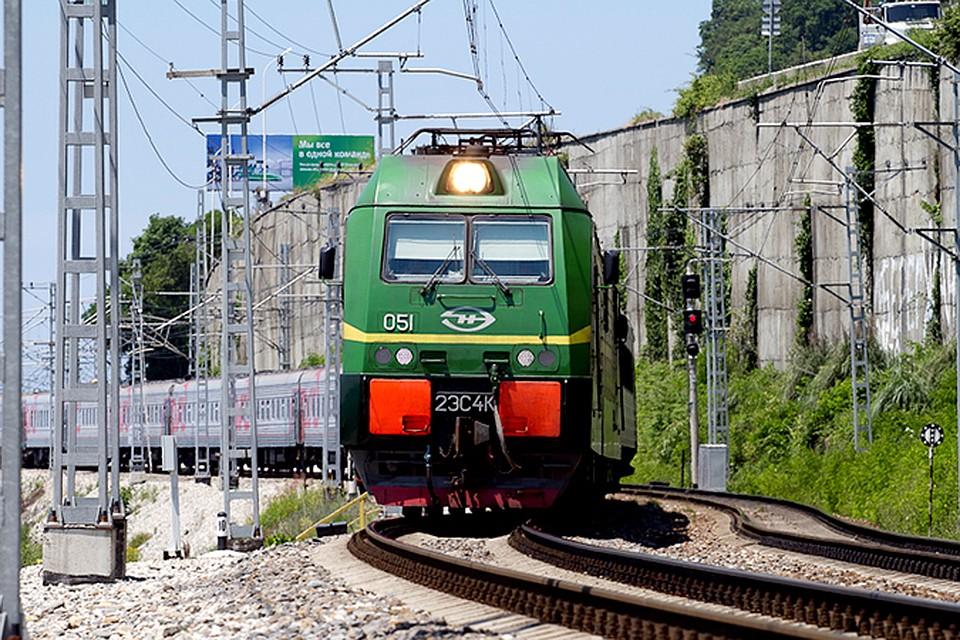 ВКраснодаре пассажирский поезд сбил лежащего напутях мужчину