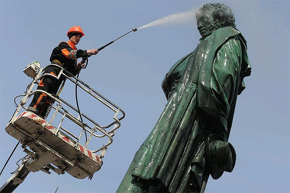 В столице России  профессионалы  завершают реставрацию монумента  Пушкину наПушкинской площади