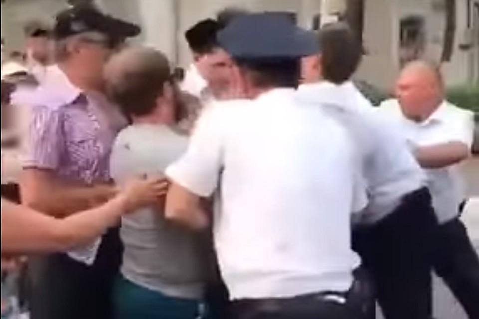 Кондратьева попросили разобраться сзадержанием молодых людей, танцевавших лезгинку