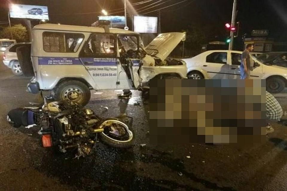 ВКраснодаре двое мотоциклистов погибли при столкновении сполицейской машиной