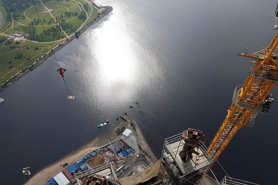 НаМФК «Лахта-центр» вПетербурге начали монтировать шпиль