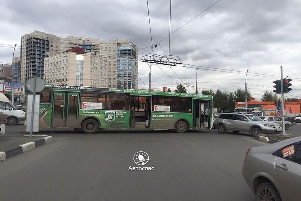 Вчетверг вНовосибирске столкнулись маршрутный автобус икроссовер
