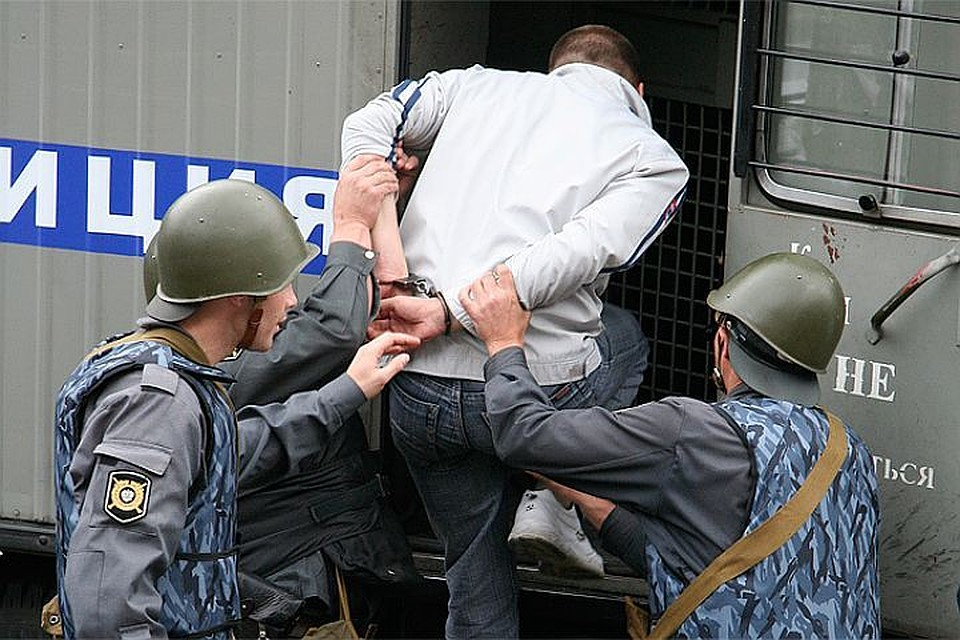 Новосибирец убежал  из-под ареста  через дыру вавтозаке