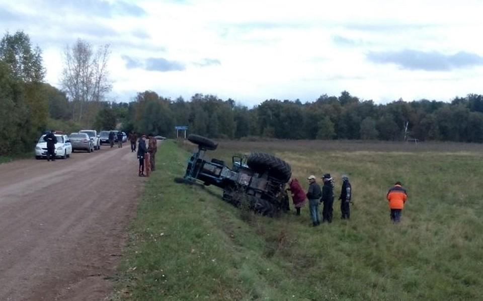 ВБашкирии вперевернувшемся натрассе тракторе умер шофёр