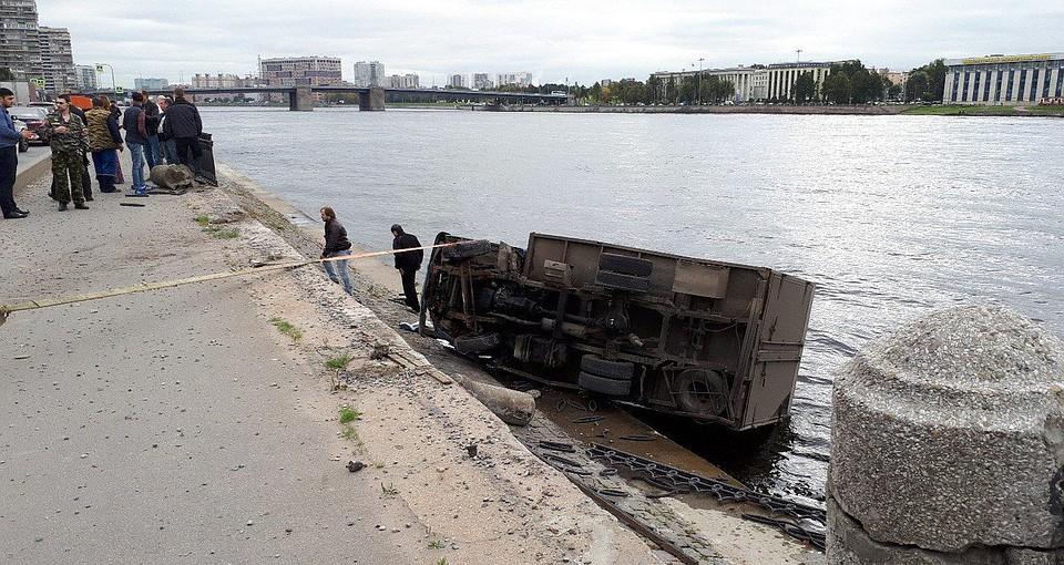 Фургон схлебом вПетербурге пробил ограждение ивлетел вНеву