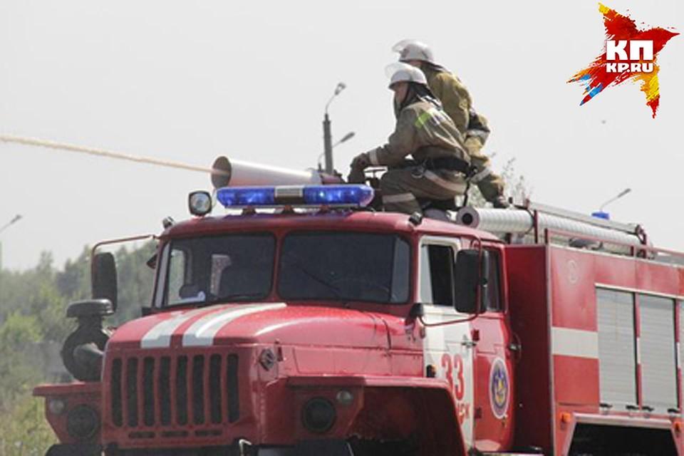 ВФокинском районе Брянска пожарные гасят двухэтажный дом