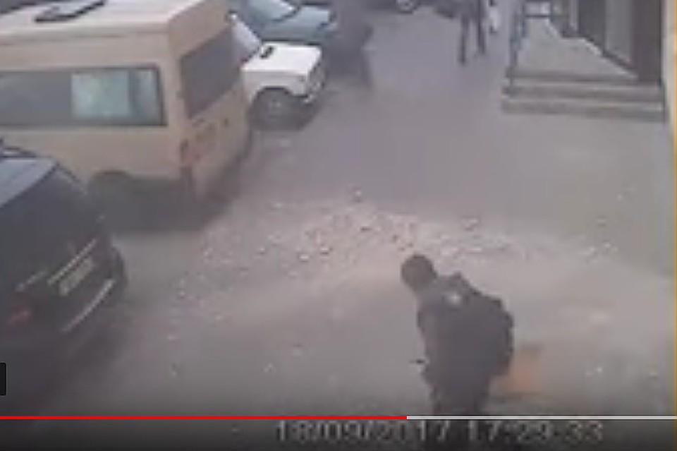 ВВитебске парень чудом увернулся отпадающей скрыши плиты