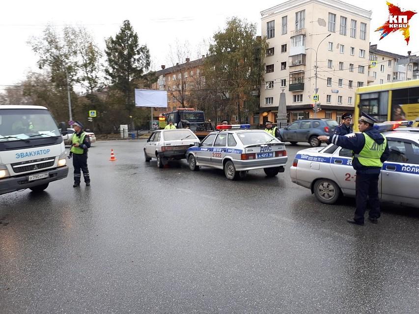 Екатеринбуржец без прав, пытаясь уйти отпреследования милиции, врезался вавтомобиль ДПС