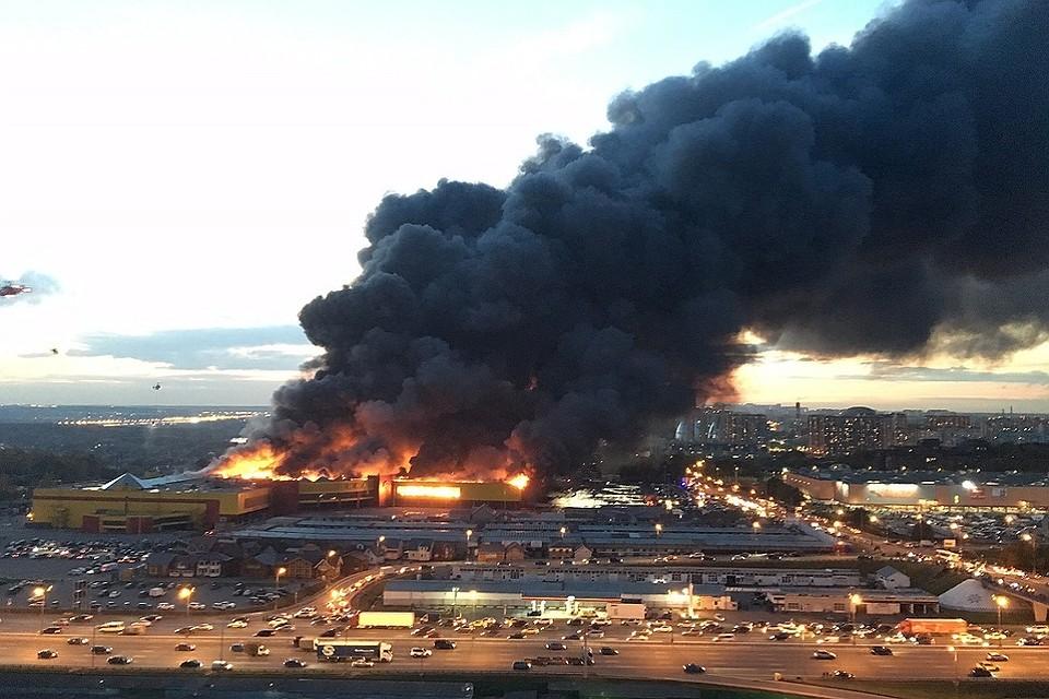 Пожар в коммерческом  центре «Синдика» наМКАД— Репортаж из социальных сетей