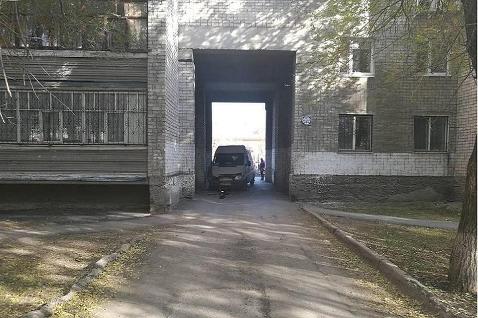 Нетрезвый гражданин Тюмени наавтобусе врезался варку жилого дома
