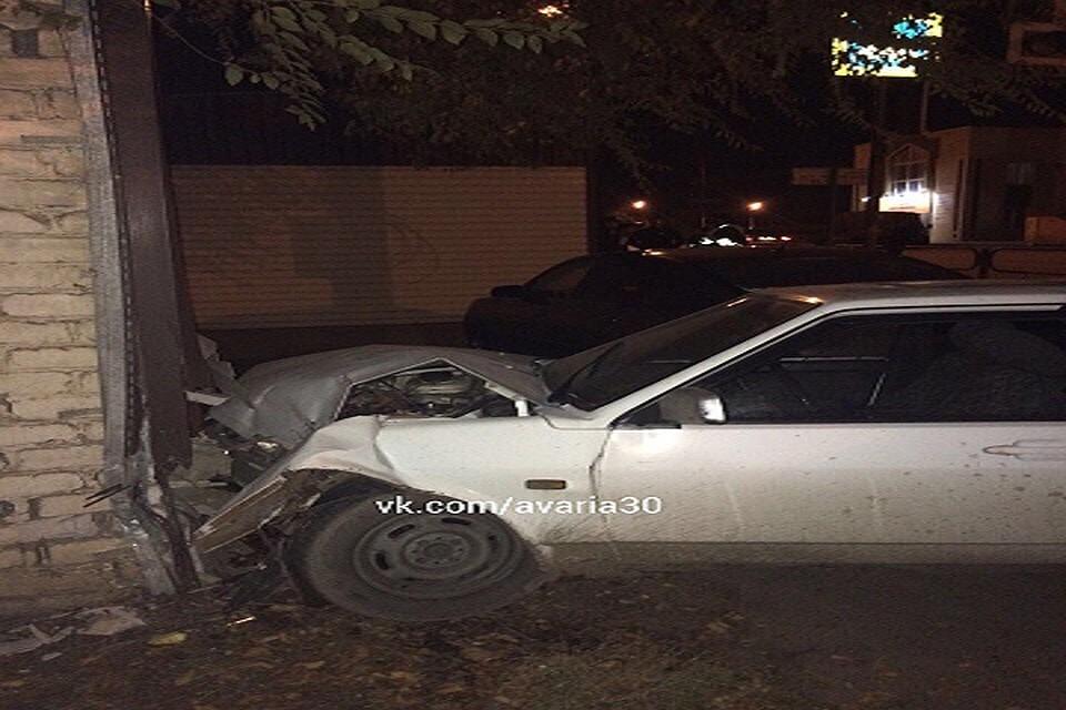 ДТП вАстрахани: «ВАЗ» навысокой скорости влетел встену жилого дома