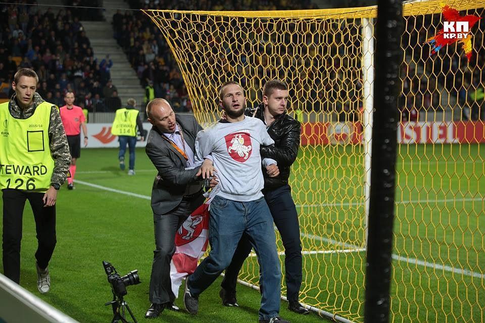 БАТЭ подаст иск наболельщика, выбежавшего наполе вматче с«Арсеналом»