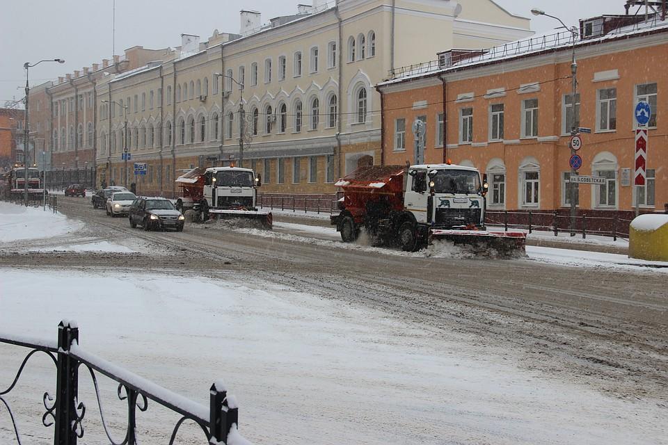 На дорогах Смоленска приступили куборке снега