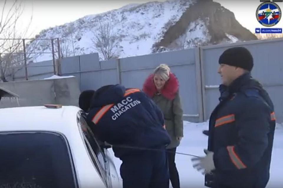 Новосибирские cотрудники экстренных служб вызволили ребенка иззапертой машины