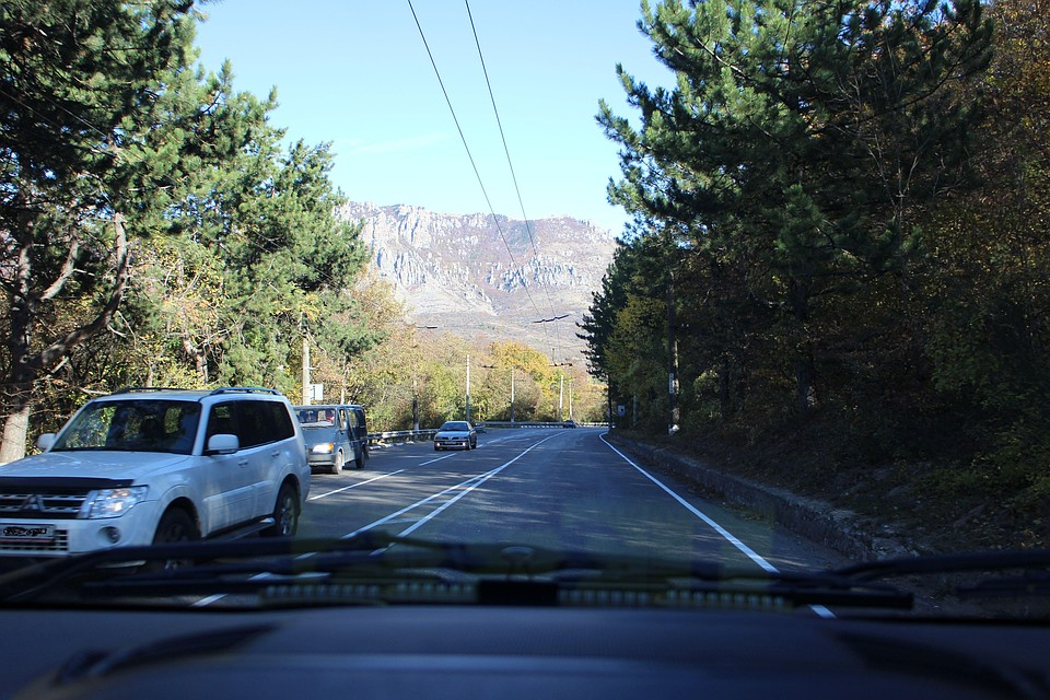 На дороге важно соблюдать дистанцию и интервал между автомобилями