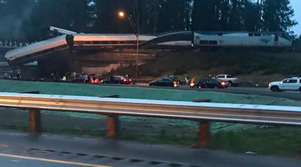 ВСША высокоскоростной поезд рухнул смоста наавтомагистраль
