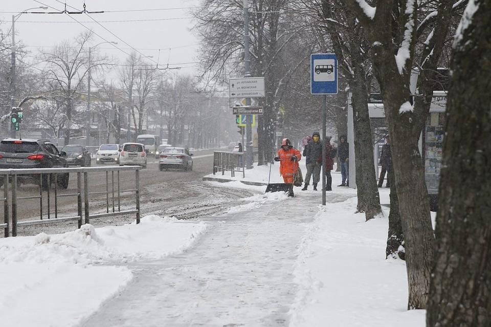 Снег на трассах Краснодара убирают 60 спецмашин