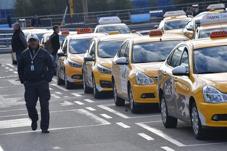 Названы самые известные марки такси вПетербурге