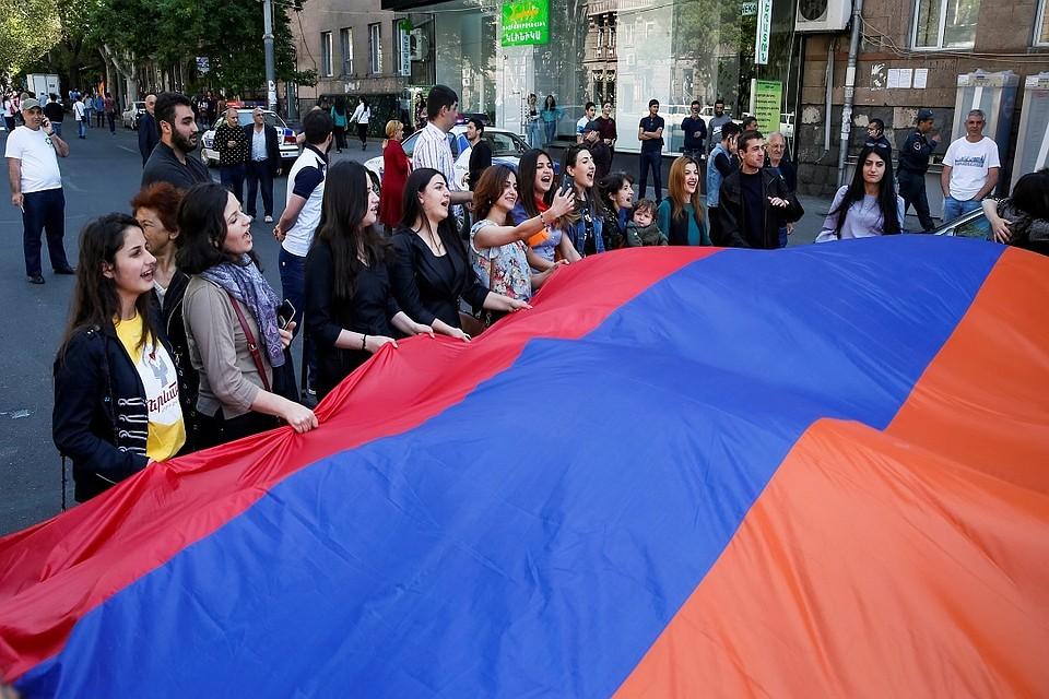 Поезд Гюмри-Ереван не работает: протестующие перекрыли железнодорожные пути