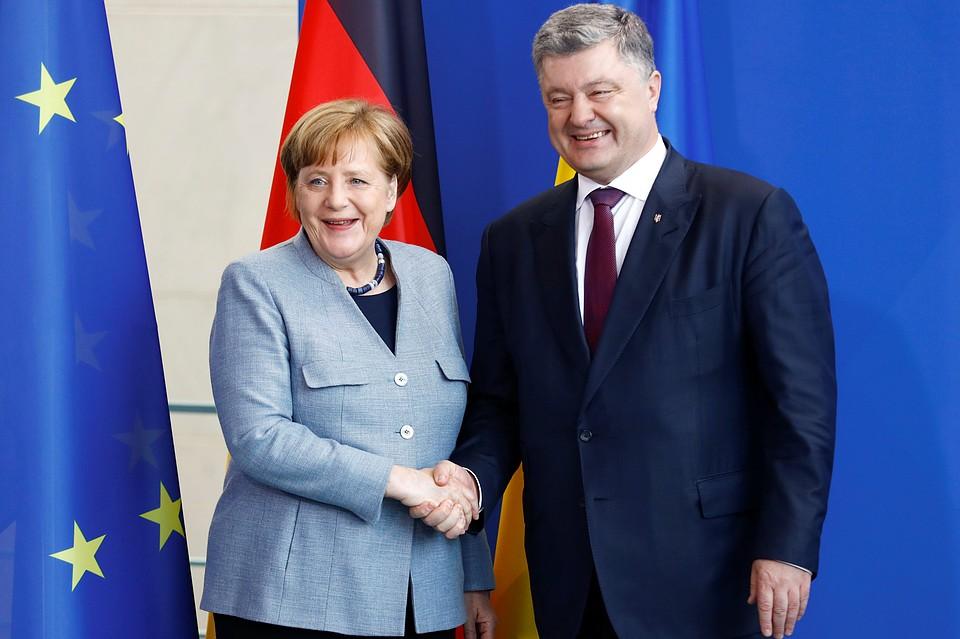 Порошенко обсудил сМеркель иМакроном ввод миротворцев вДонбасс