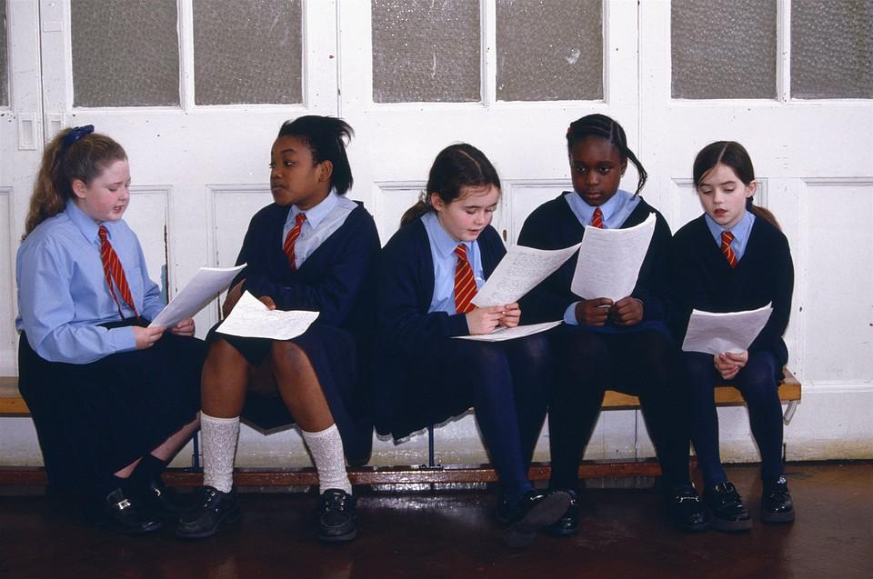 В английских школах массово запрещают юбки из-за прав трансгендеров— Ихнравы
