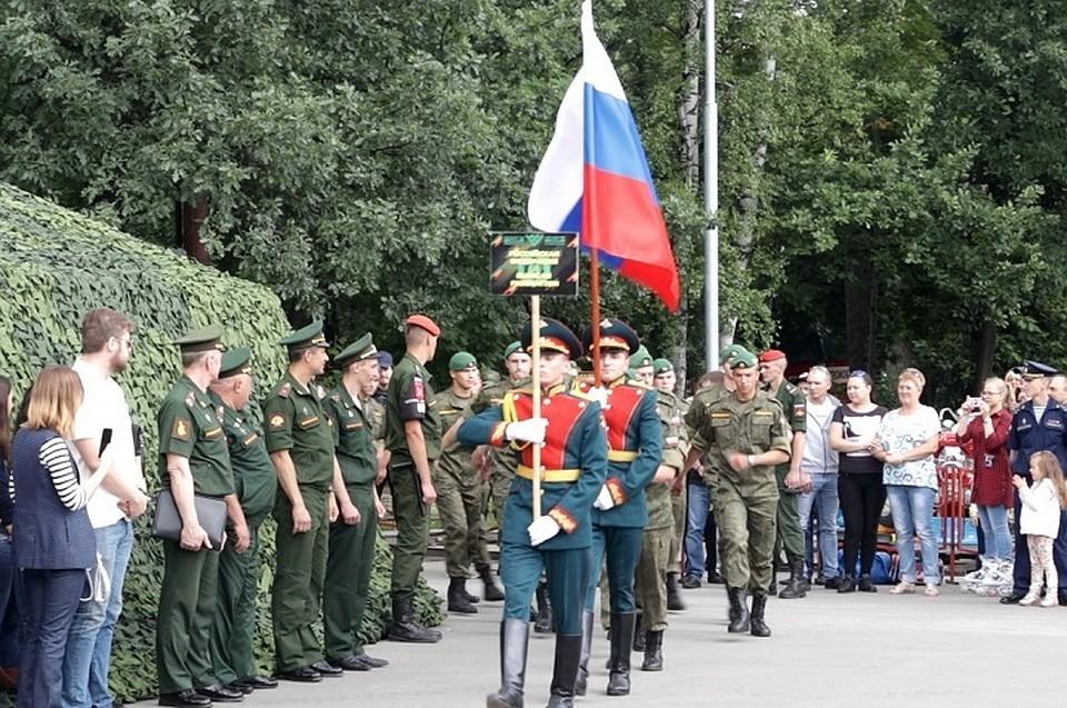 Флаги 8-ми стран пронесли по Центральному парку в Новосибирске