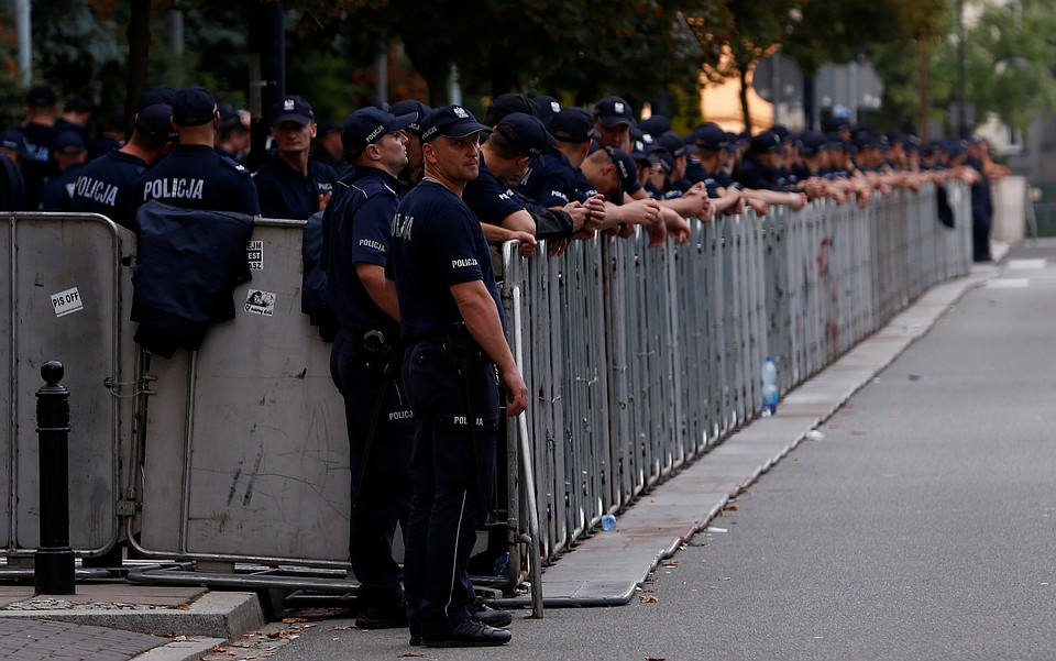 «Караул устал»: польские полицейские массово уходят набольничный